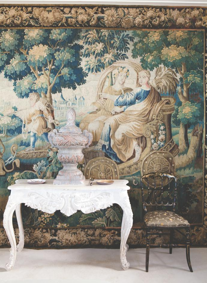 On the hall table in front of the tapestry – flanked by apair of lacquered and gilded NapoleonIII operachairs – is anornamental urn from Boere Sjiek inBrackenfell.