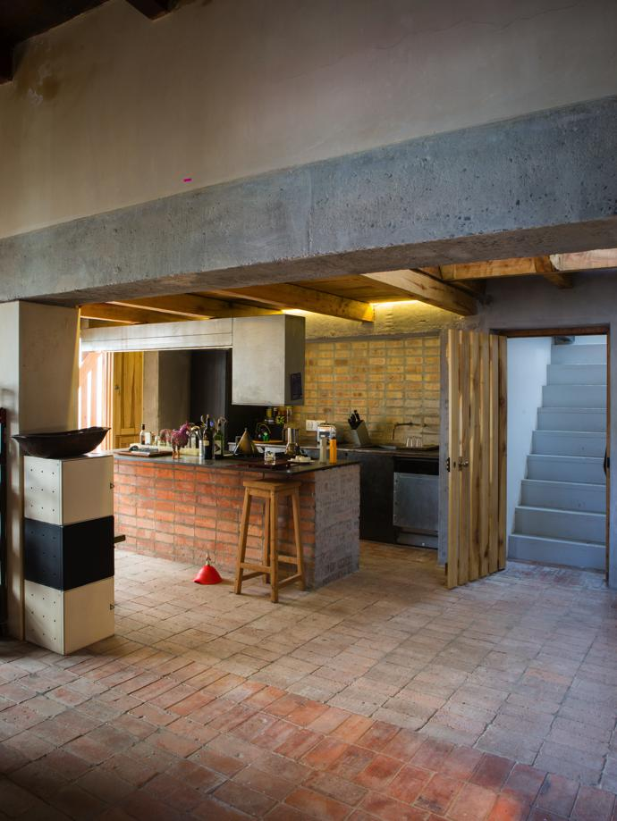 The kitchen, fitted by Kevin Fellingham Architects, sees simple materials work beautifully and efficiently.