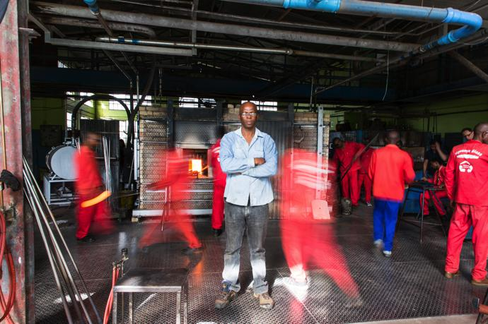 Master glassblower Sibusiso Mhlanga in the heat of Ngwenya's production hub: in front of the fiery furnace.
