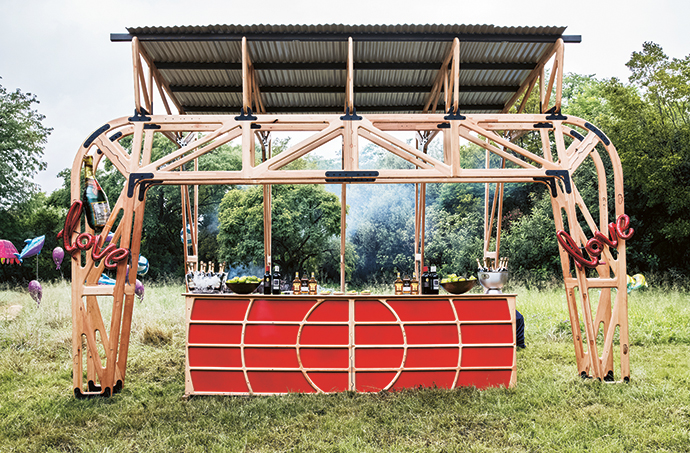 David Krynauw designed the modular bar structure, where guests were served Villiera MCC sparkling wine, Clemengold gin, Fitch & Leedes tonic and Mad Giant craft beer.