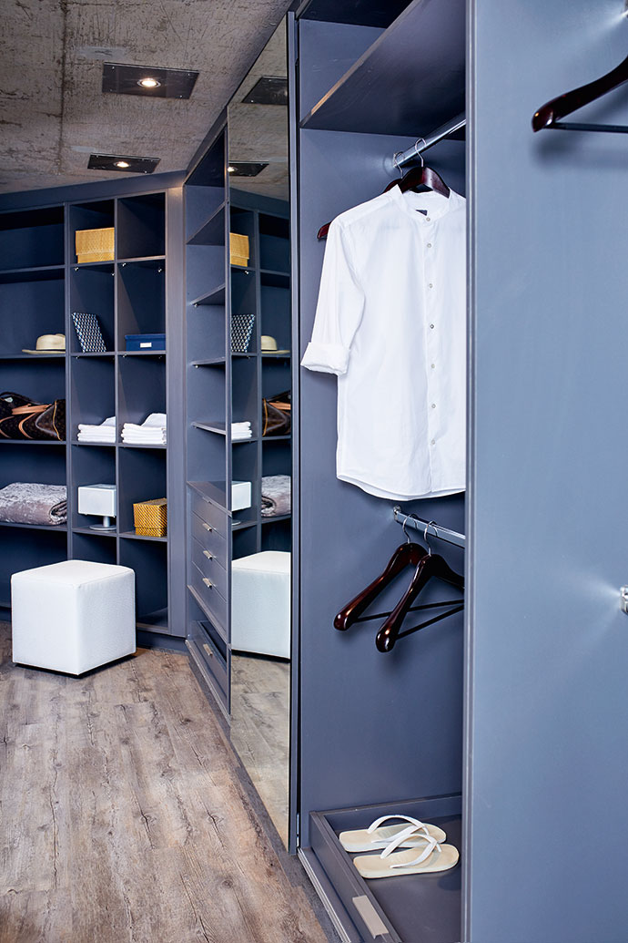 Jaco used a dark grey for the built-in cupboards in the bedrooms. There is plenty of wardrobe space.