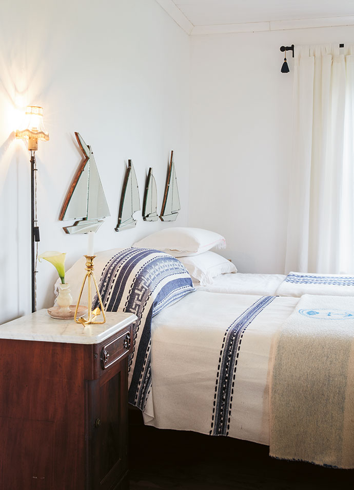 At the foot of the beds are Italian naval blankets made of 100% merino wool.