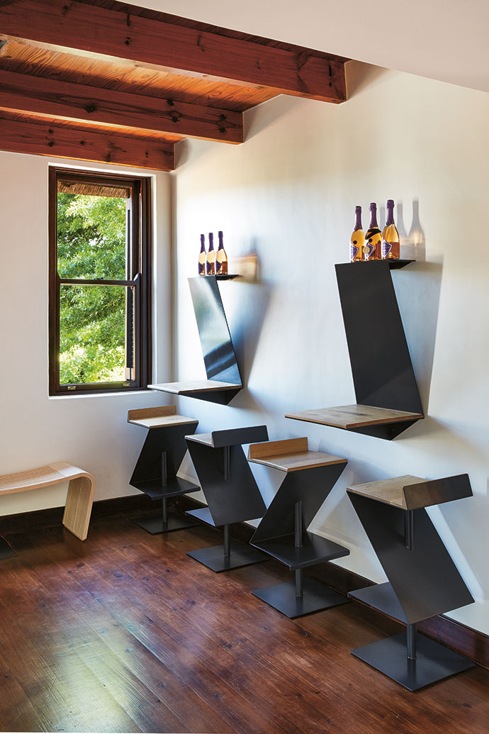 Tasting is a serious business, hence the angular, upright oak-andsteel bar and L-shaped bar stools that reflect the Louisvale logo.