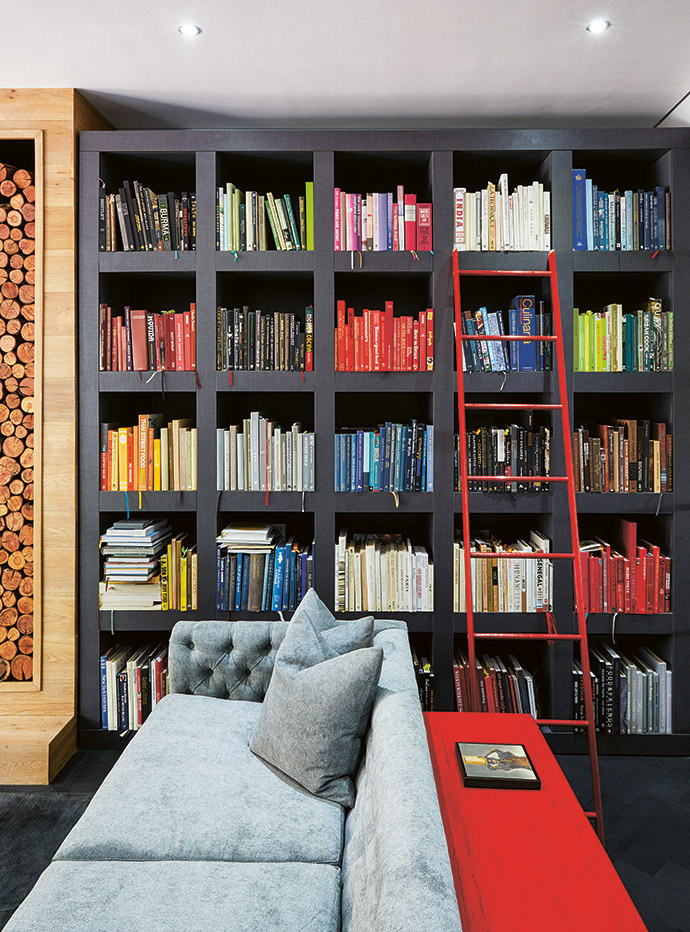 The wooden bookcase, a real conversation starter, and the fireplace cladding were specially made by Cape Customs.