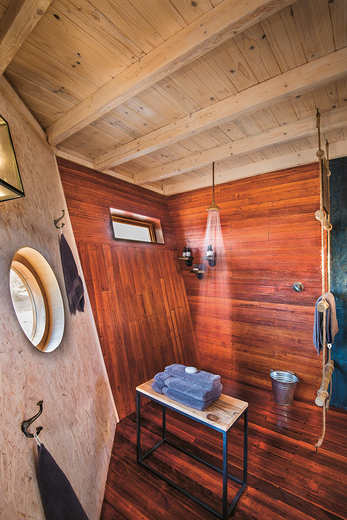The cabins consist of a bathroom in a pointed bow that faces south, linked to the bedroom – which resembles a piece of a hull lying on its side – by a small lobby.